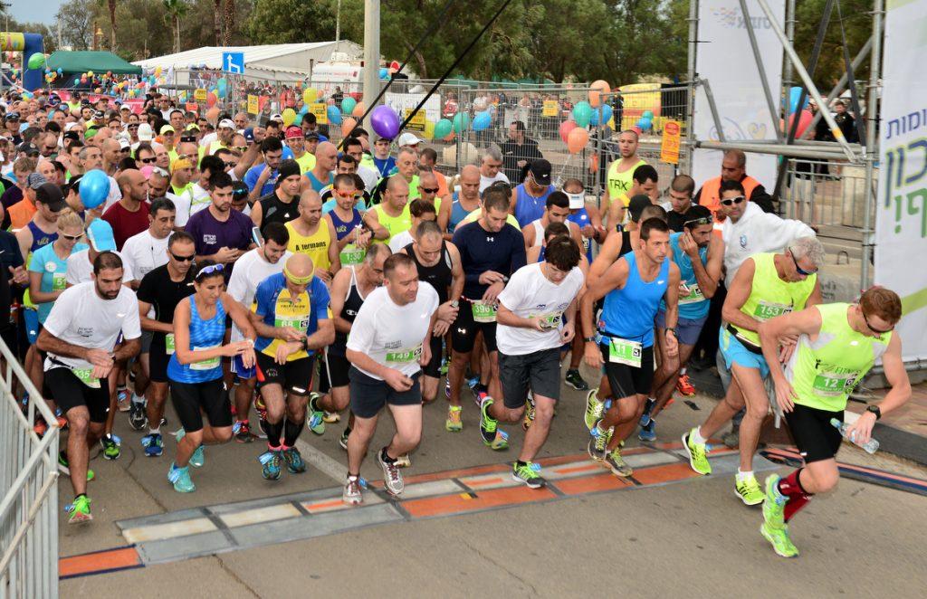 15 тысяч бегунов оценили утром в пятницу 6.11 прекрасную для гонки погоду в Хайфе