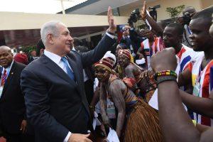"""ראש הממשלה בנימין נתניהו ביקור בליבריה קבלת פנים בשדה התעופה ע""""י נשיאת ליבריה, אלן ג'ונסון-סירליף Photo by Kobi Gideon / GPO"""