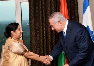 ראש הממשלה בנימין נתניהו נפגש עם שרת החוץ של הודו במלונו בניו דלהי. צילו... (1)