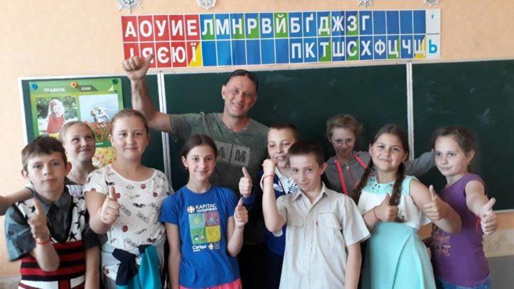 Дети из украинского села Первомайское в прифронтовой «серой» зоне и Дядя Леша из Хайфы