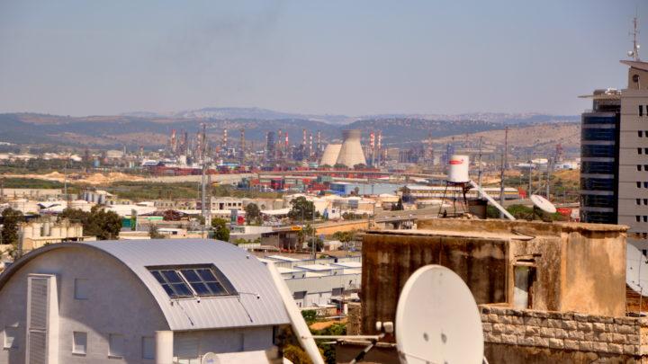 Обрушение трубы — градирни нефтеперерабатывающего завода в промышленной зоне Хайфского залива (фото, видео)