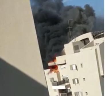 Пожарные тушат пламя в Нешере