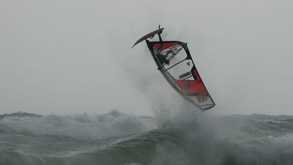 Это случится завтра! «Штормовые всадники» — лучшие серферы со всей страны будут соревноваться в эстремальных погодных условиях на высокой волне в Хайфе